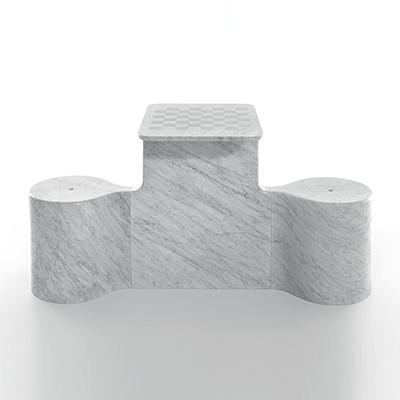tavolo scacchiera Two Mates by Ross Lovegrove in marmo Bianco di Carrara, finitura levigata.